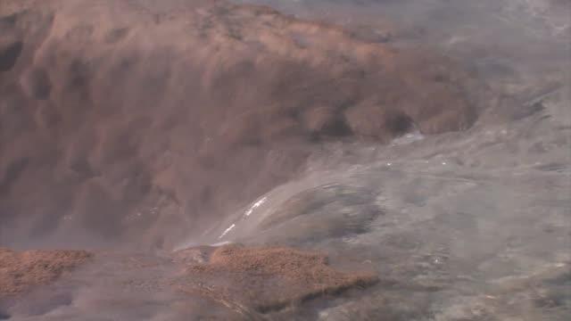 vídeos de stock, filmes e b-roll de water flowing in strokkur geyser. - gêiser strokkur