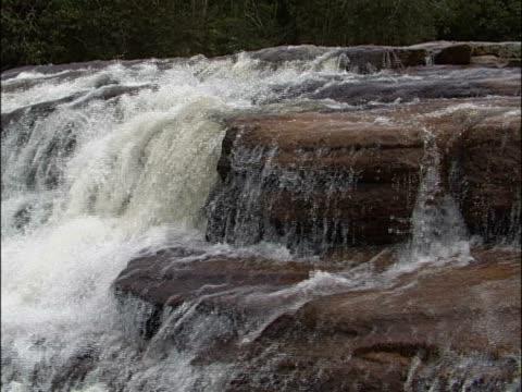 vídeos y material grabado en eventos de stock de water flowing on rocks - punto de referencia natural