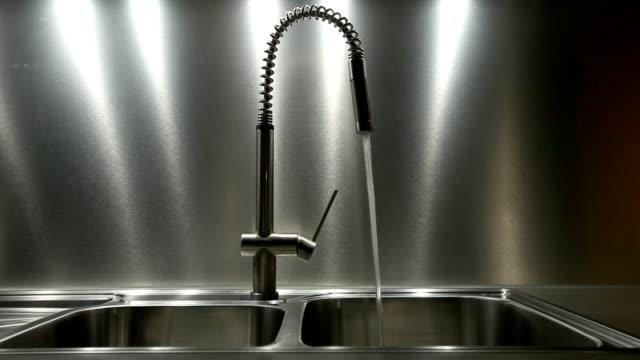vídeos de stock, filmes e b-roll de fluxo de água-torneira de pia em metal - pia instalação doméstica