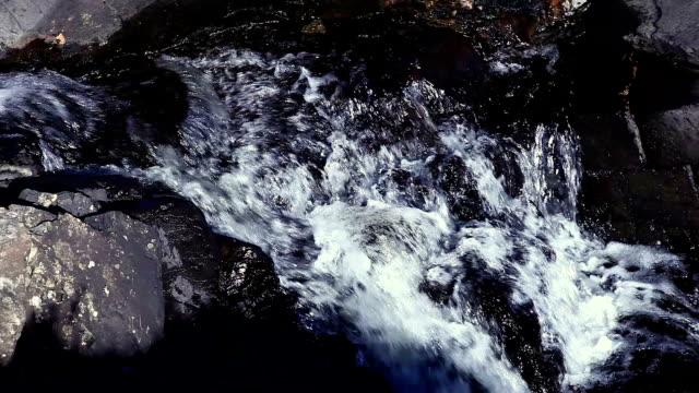 Água flowing. Rock piscina.
