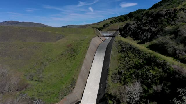 vídeos de stock e filmes b-roll de water flows down the spillway at the nicasio reservoir on march 14, 2019 in nicasio, california. according to a new map by the u.s. drought monitor,... - barragem estrutura feita pelo homem