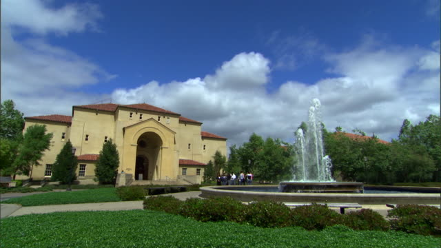 vidéos et rushes de water flows from a fountain on the stanford university campus. - campus