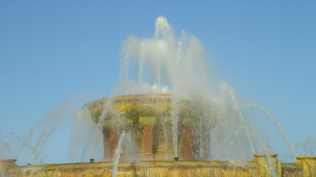 water flows from buckingham fountain in grant park in chicago, illinois. - buckingham fountain stock videos & royalty-free footage