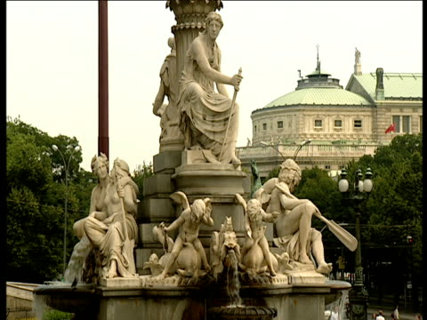water flows from the athena fountain outside the parliament building in vienna. - ウィーン点の映像素材/bロール