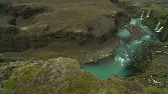 stockvideo's en b-roll-footage met water flows into a small river in a mountain crevice. - crevice
