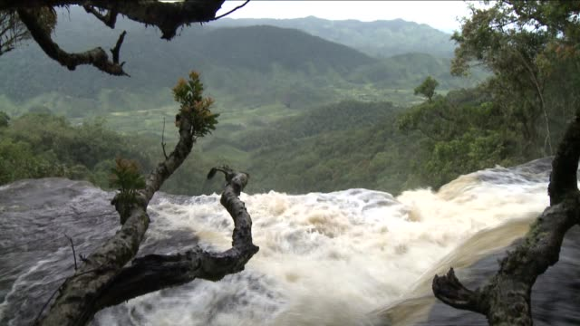 water flows rapidly over a ledge. available in hd. - madagascar stock videos & royalty-free footage