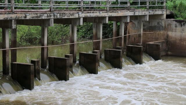 Water stroomt door de spillways dam.