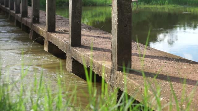 Wasser fließt durch das Wehr.