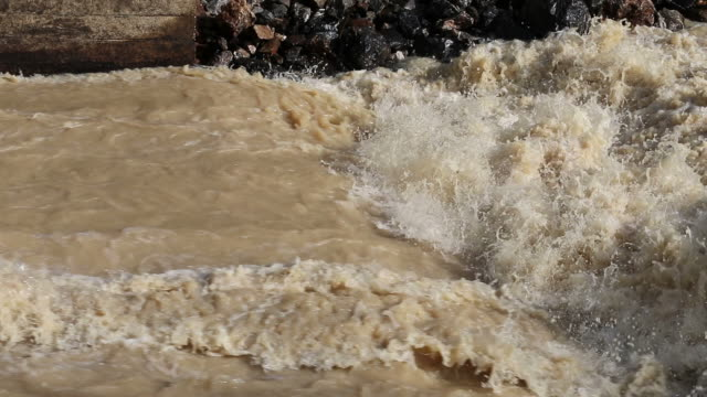stockvideo's en b-roll-footage met water stroomt heftig. - geërodeerd