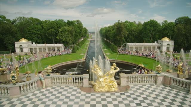 water fountains in peterhof palace - sankt petersburg stock-videos und b-roll-filmmaterial