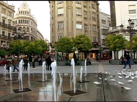 vídeos y material grabado en eventos de stock de fuentes en plaza de córdoba, españa 3 - grupo grande de personas