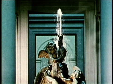 1958 montage ms water fountains with sculptue in the us national gallery of art / washington dc / audio - kunstmuseum stock-videos und b-roll-filmmaterial