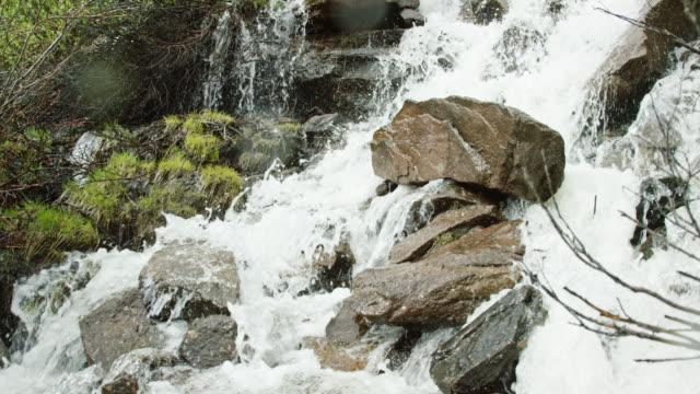 スローモーションで山の流れが岩や岩の上に落ちる水 - 急流点の映像素材/bロール
