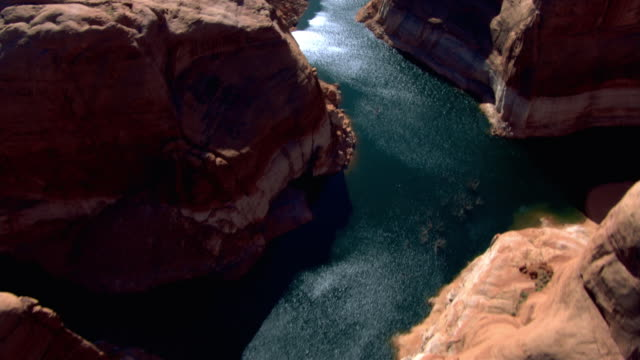 water from lake powell winds through a rocky canyon. - lago powell video stock e b–roll
