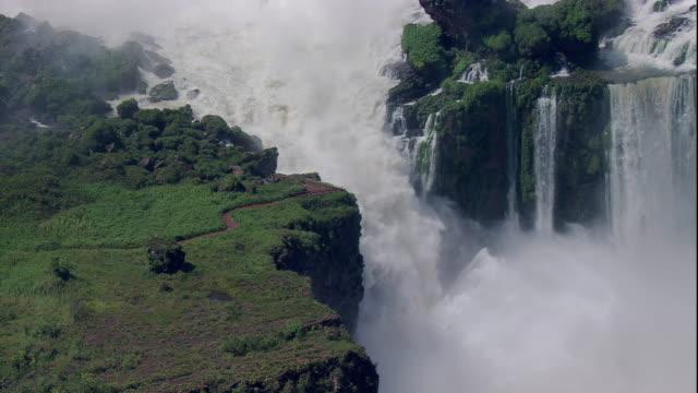 vídeos y material grabado en eventos de stock de water from the iguazu river falls into a deep chasm and crashes through a narrow channel. available in hd. - cataratas del iguazú