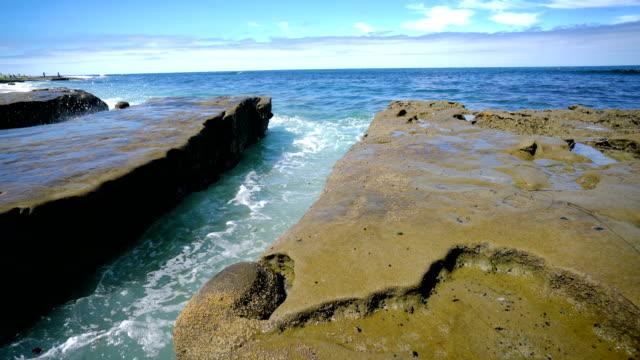 wasser wird in den pazifik gesaugt - tidal pools of san diego california - gezeitentümpel stock-videos und b-roll-filmmaterial