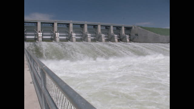 vidéos et rushes de water gushing from dam - barrage