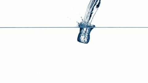 vídeos y material grabado en eventos de stock de una persona de agua una bellísima en agua clara - transparente