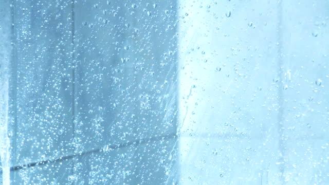 vídeos de stock e filmes b-roll de chá de água - casa de banho