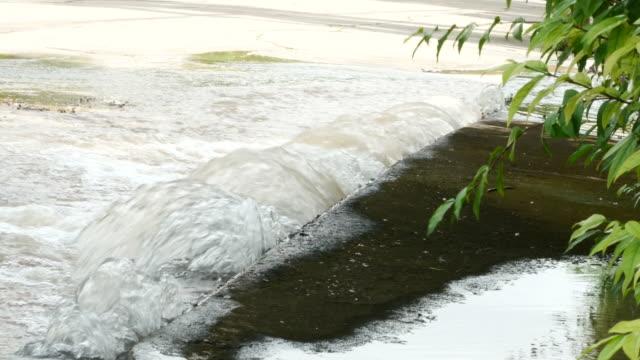 Eindringen von Wasser aus großen unterirdischen Wasserleitung