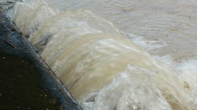 大きな水道管からの水漏れ - 修理する点の映像素材/bロール