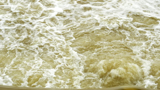 水通過の弾幕のダム - 泡立つ波点の映像素材/bロール