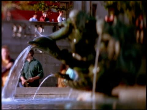 vídeos y material grabado en eventos de stock de water pouring from fountain in trafalgar square, london - cetáceo