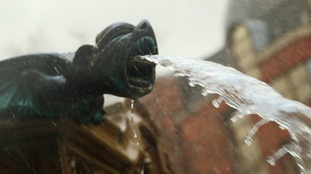stockvideo's en b-roll-footage met ms pan water pouring from gargoyle sculpture of fountain / manchester, england, united kingdom - fontein