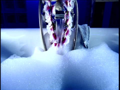 vídeos y material grabado en eventos de stock de water pouring from tap into bath tub - cuarto de baño
