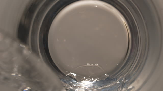 vidéos et rushes de water pouring inside a glass in super slow motion - en verre