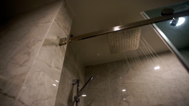 金属製のシャワー ヘッドを注いで水 - dejaover点の映像素材/bロール