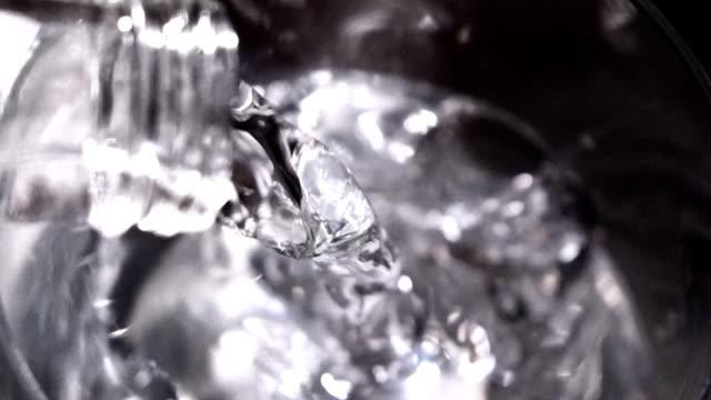 vídeos y material grabado en eventos de stock de agua vertiendo - botella de agua