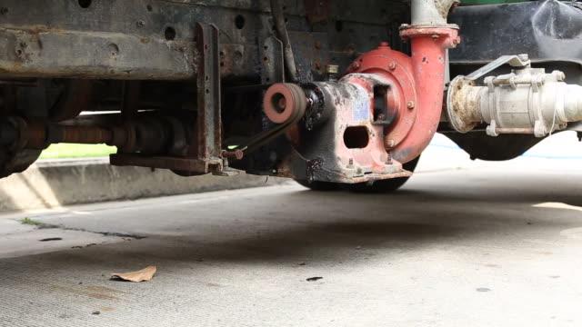vídeos de stock, filmes e b-roll de bomba de água fragment está trabalhando em caminhão - válvula vaso sanguíneo