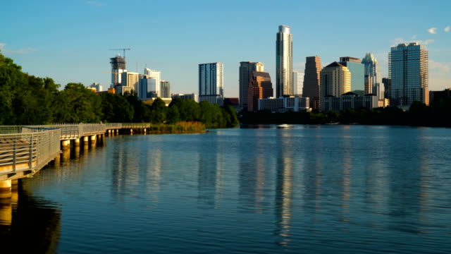vídeos de stock e filmes b-roll de water reflection of the capital cities downtown towers on town lake - austin texas town lake reflection skyline cityscape - town