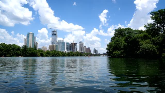 vídeos de stock e filmes b-roll de water reflections on town lake in austin , texas - town