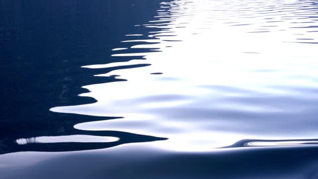 4k wasser ripple wave hintergrund auf boot am morgen genommen - flowing water stock-videos und b-roll-filmmaterial