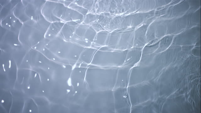 vídeos de stock, filmes e b-roll de cu slo mo water ripples in pool / new york city, new york, usa - ondulado
