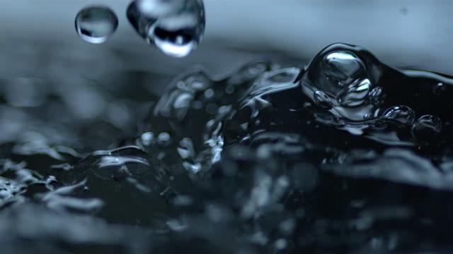 vídeos de stock, filmes e b-roll de water roils as its agitated. - tensão de superfície