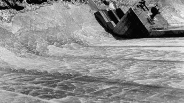 1949 montage water running down dam wall / workers operating flood relief valve to releasing water / united kingdom - hydroelektrisk kraft bildbanksvideor och videomaterial från bakom kulisserna