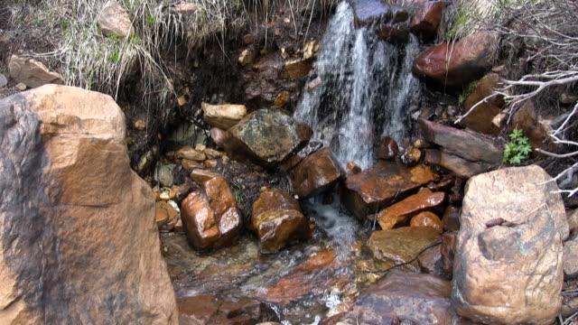 vidéos et rushes de course du flux de l'eau - eau vive