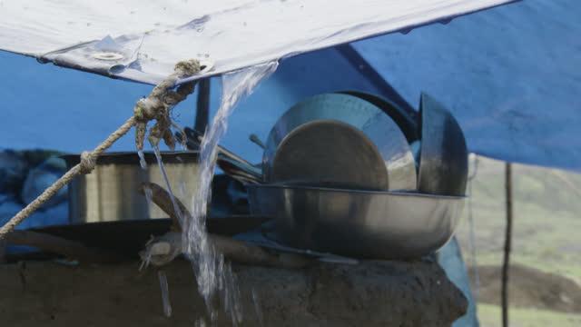 water runs off of tarpaulin shelter, india. - equipment点の映像素材/bロール