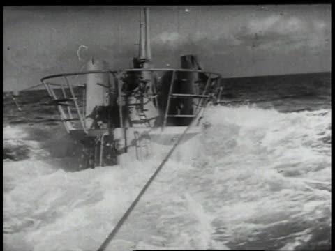 water rushing around submarine as it submerges / - heckklappe teil eines fahrzeugs stock-videos und b-roll-filmmaterial