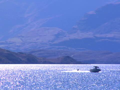 vídeos y material grabado en eventos de stock de ws, pan, water skier, lake wanaka, wanaka, new zealand - waterskiing