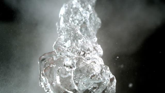 Water splash op zwarte achtergrond