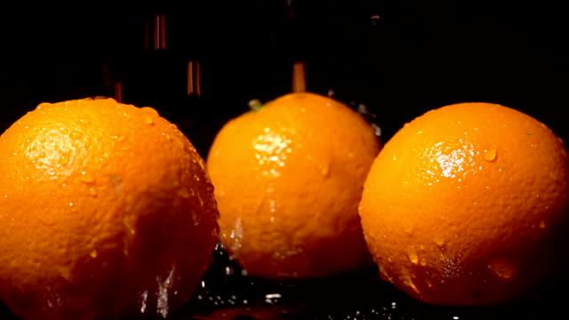 stockvideo's en b-roll-footage met water splash op oranje - vitamine c