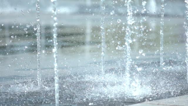 water splashing from dry floor fountains in unjeong new town / paju-si, gyeonggi-do, south korea - 水撒き点の映像素材/bロール