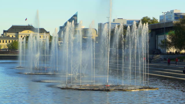 vidéos et rushes de water splashing from fountain on pond at park in city  - yekaterinburg, russia - âges mélangés