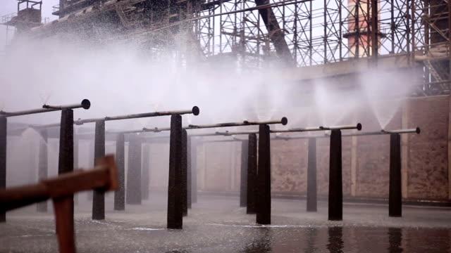 vidéos et rushes de eau éclaboussant dans moulin à sucre ou à l'usine - machinerie