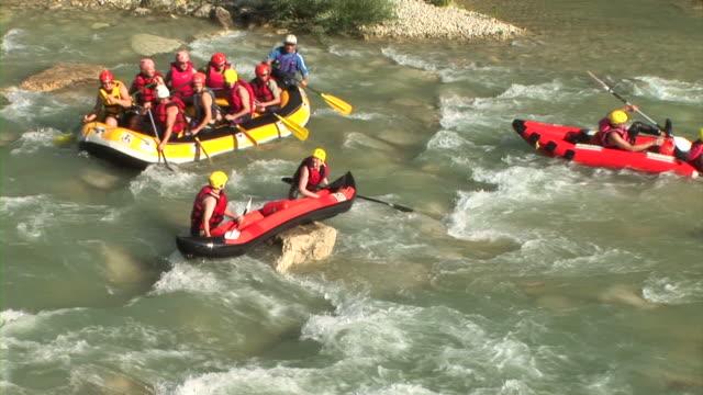 hd: water sport - andare in canoa video stock e b–roll