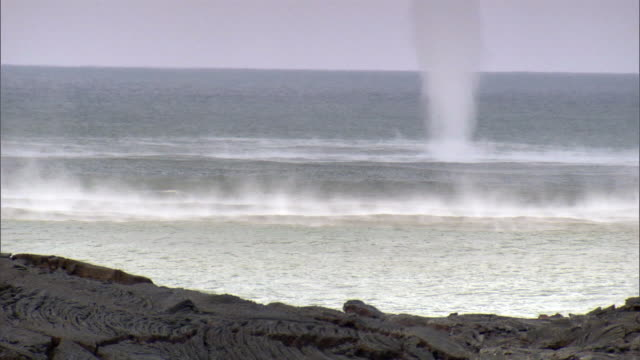 WS Water spout on surface of ocean / Hilo, Hawaii, USA